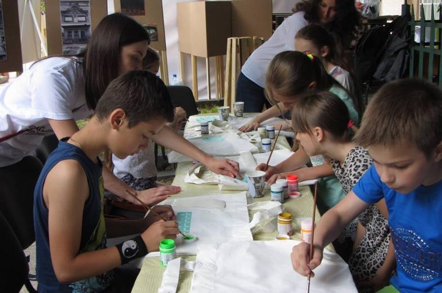 """В Ужгороді діти малювали на екологічних торбах слово  """"LOVE"""": фото, фото-6"""