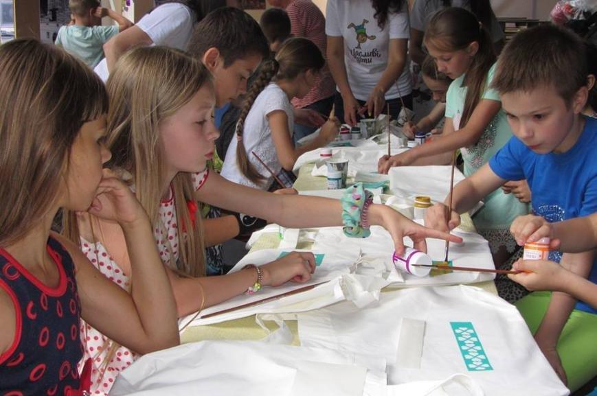 """В Ужгороді діти малювали на екологічних торбах слово  """"LOVE"""": фото, фото-5"""