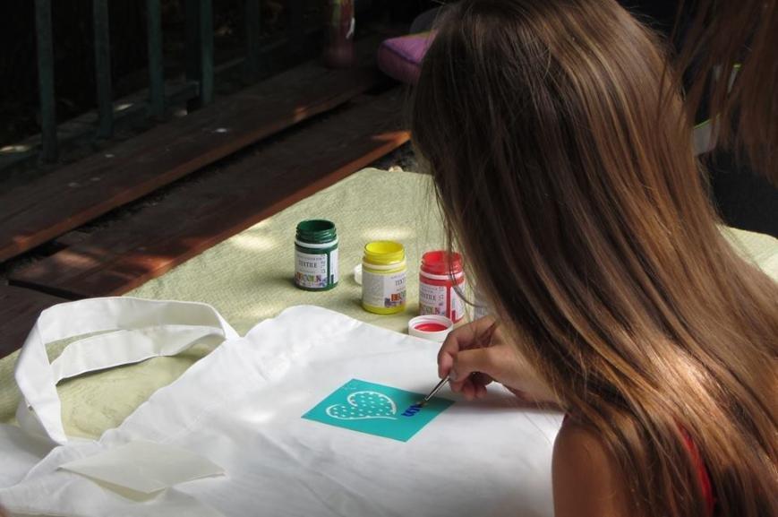 """В Ужгороді діти малювали на екологічних торбах слово  """"LOVE"""": фото, фото-3"""
