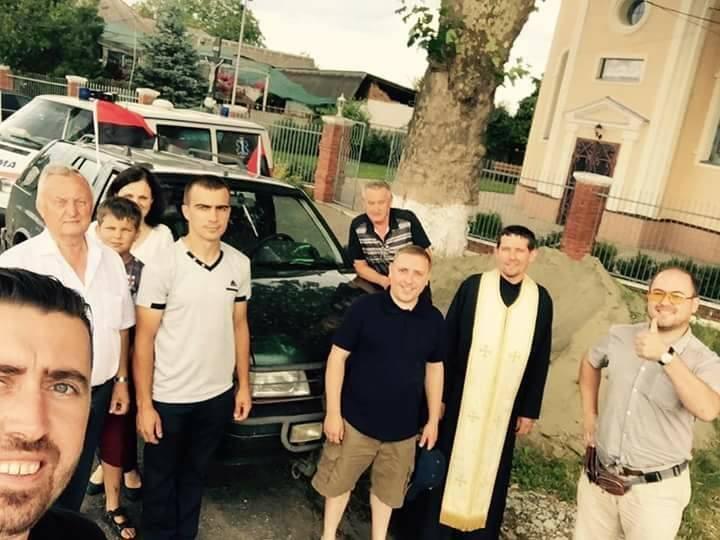 """Закарпатські священики привезли військовим на Донеччину дві карети """"швидкої"""": фото, фото-2"""