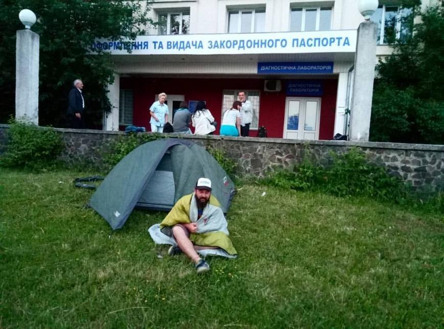 """Ужгородець встановив намет біля СЦОДу в очікуванні """"біометрики"""": фото, фото-1"""