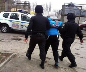 """З кулаками - на поліцію: у Чопі з потягу """"Одеса-Ужгород""""  зняли п'яного іванофранківця, фото-1"""