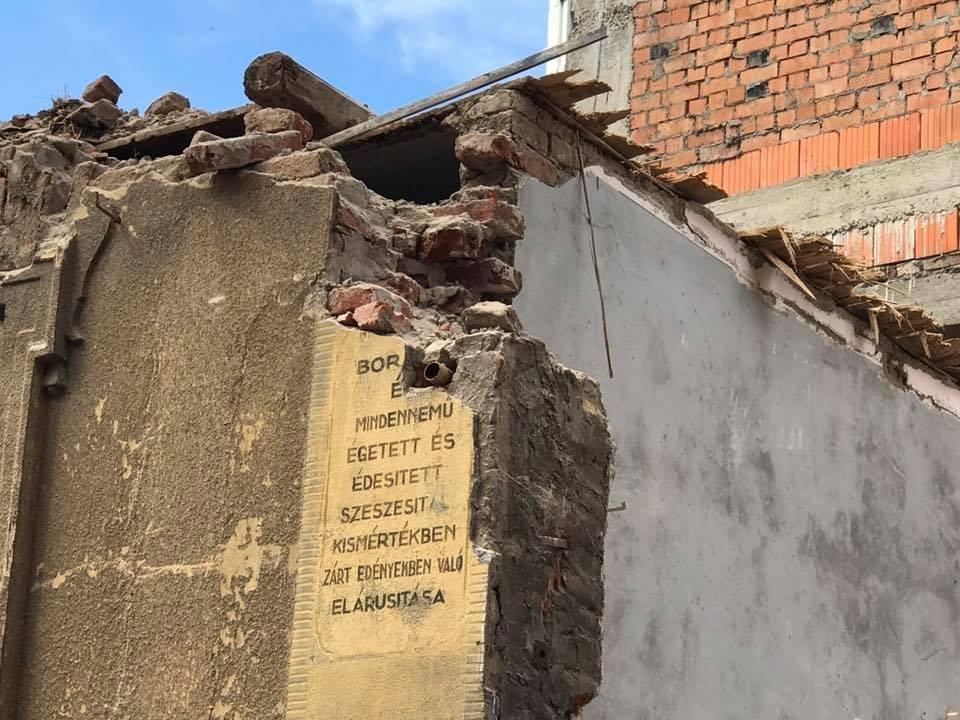 В Ужгороді екскаватором знесли історичну будівлю: фото, відео, фото-2