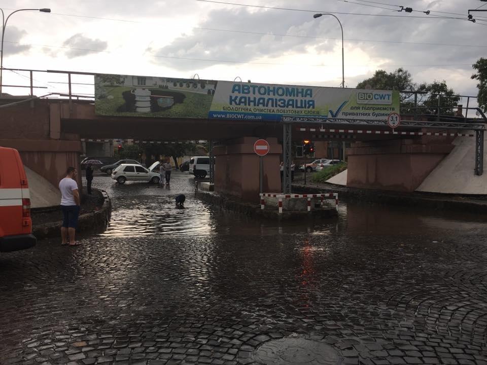 Як ужгородець шукав номерні знаки свого авто на затопленому переїзді: фото, відео, фото-2
