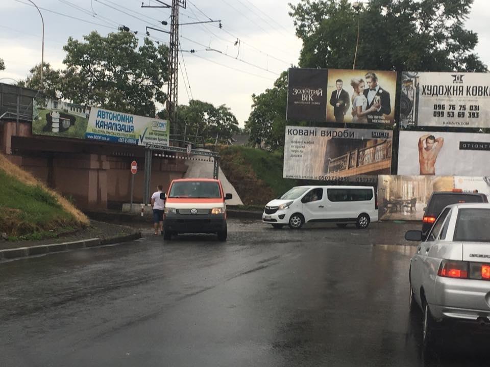 Як ужгородець шукав номерні знаки свого авто на затопленому переїзді: фото, відео, фото-3