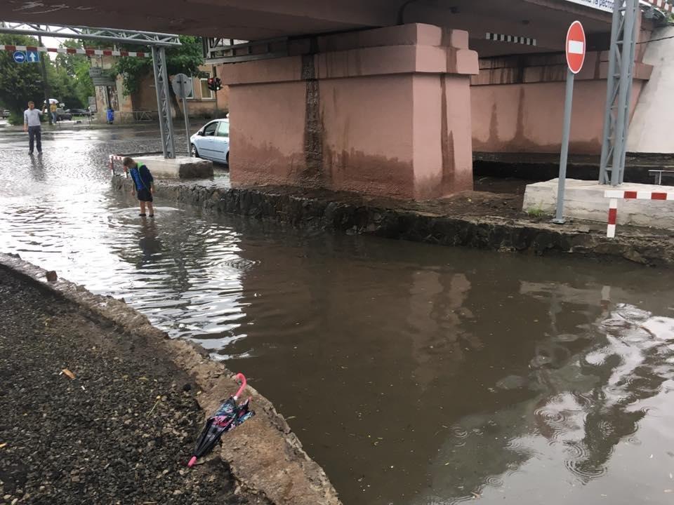 Як ужгородець шукав номерні знаки свого авто на затопленому переїзді: фото, відео, фото-1