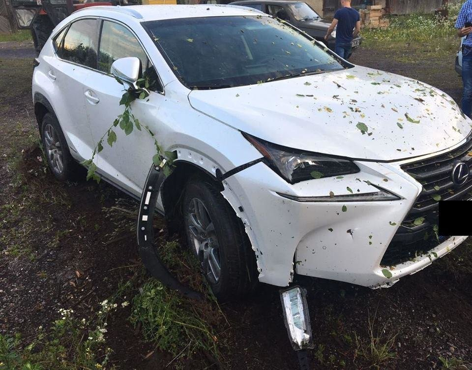 """На КПП """"Вилок"""" двоє чоловіків на """"Лексусі"""" з перебитим кузовом, втікаючи, збили прикордонника, фото-1"""