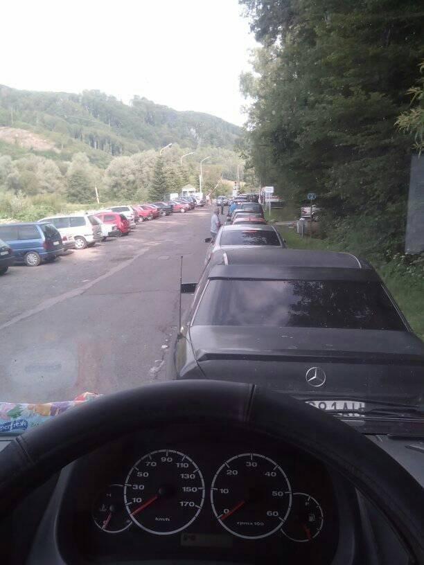 У соцмережі закарпатець поділився фото довжелезної черги із автівок на кордоні зі Словаччиною: фото, фото-1