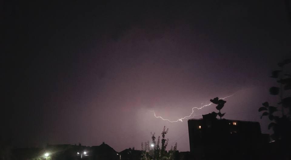 У соцмережі опублікували фото нічної блискавки над Ужгородом, фото-2