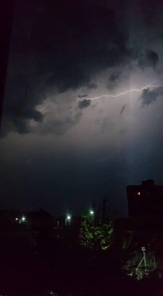 У соцмережі опублікували фото нічної блискавки над Ужгородом, фото-4
