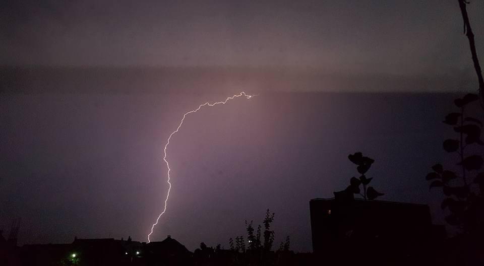 У соцмережі опублікували фото нічної блискавки над Ужгородом, фото-1