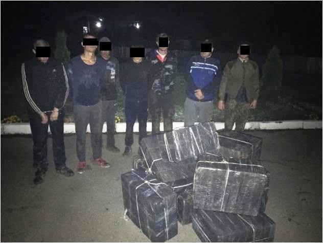 На Закарпатті СБУ з прикордонниками затримали 6 контрабандистів з крупною партією цигарок: фото, фото-1