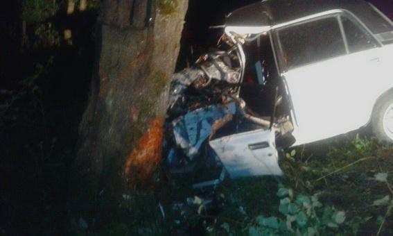 """Біля Мукачева """"ВАЗ"""" врізався в дерево - 1 людина загинула, ще двоє у реанімації: фото, фото-2"""