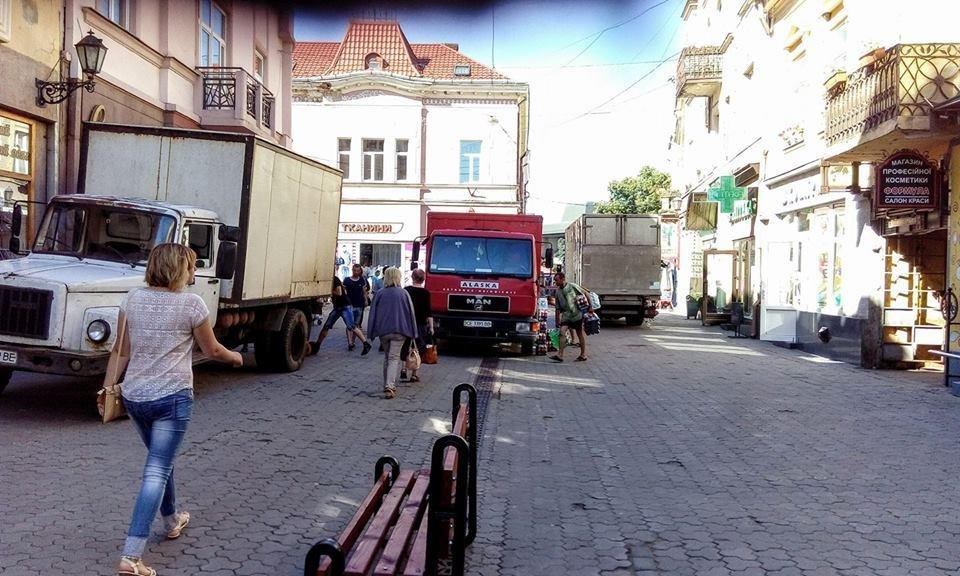 О 10-й ранку по Корзо в Ужгороді важко ходити через вантажівки, які їдуть у магазини: фото, фото-1