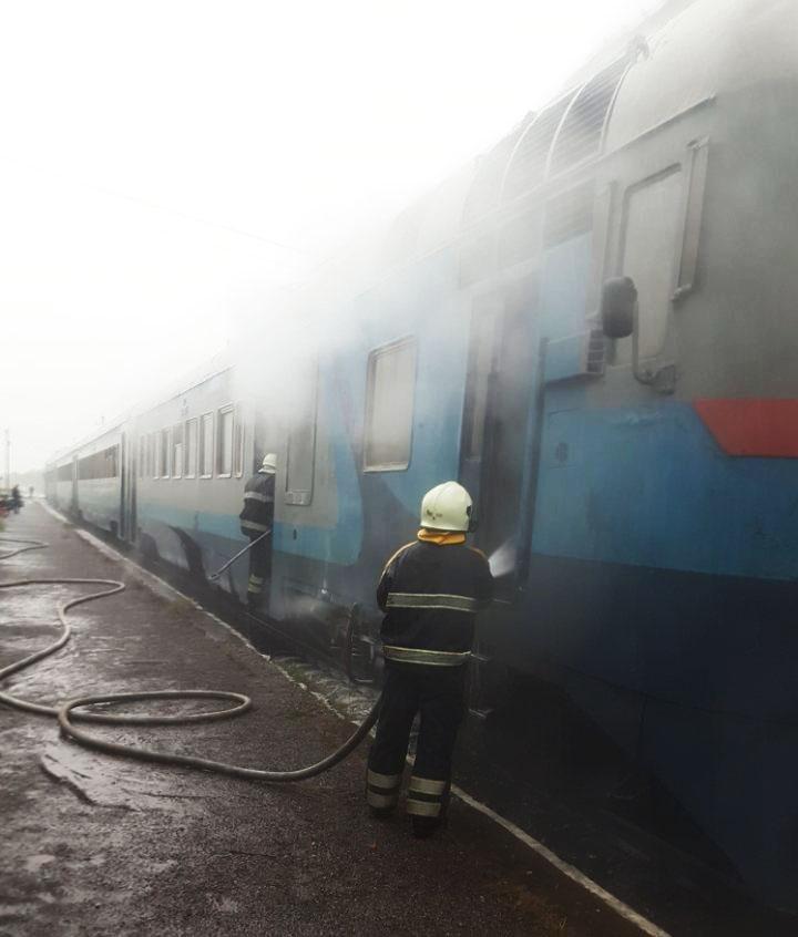"""На Закарпатті загорівся потяг """"Тересва - Королево"""": 65 людей вибралися, 15 - евакуйовано (ФОТО), фото-3"""
