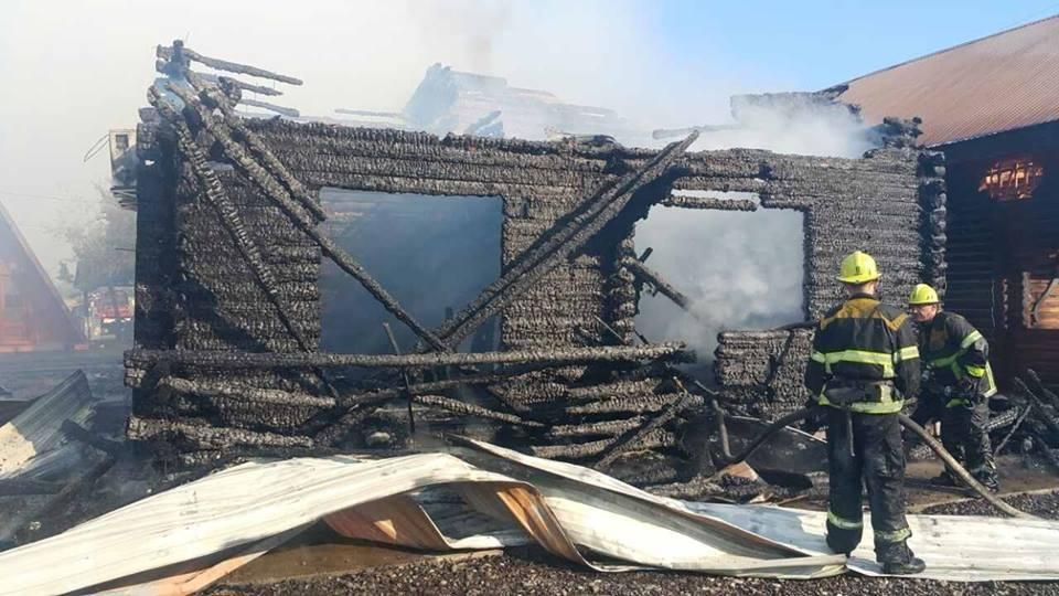 Масштабна пожежа у Солотвині -  вогонь знищив частину комплексу турбази: фото, відео, фото-1