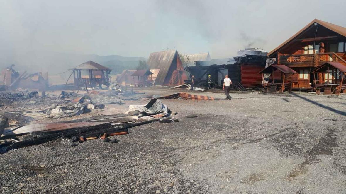Масштабна пожежа у Солотвині -  вогонь знищив частину комплексу турбази: фото, відео, фото-2