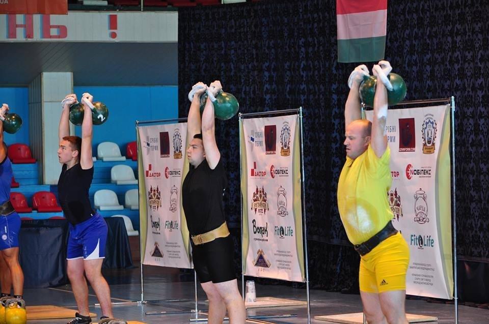 65 спортсменів з України, Італії, Польщі та Угорщини штовхають гирі в Ужгороді: фоторепортаж, фото-6
