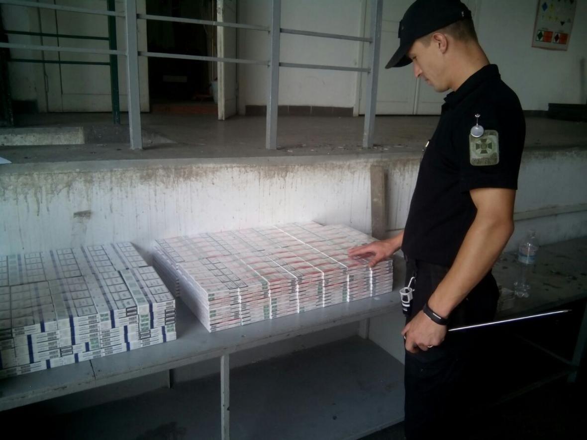 """На КПП """"Тиса"""" у автобусі """"Чоп-Будапешт"""" знайшли 1 500 пачок цигарок: фото, фото-3"""