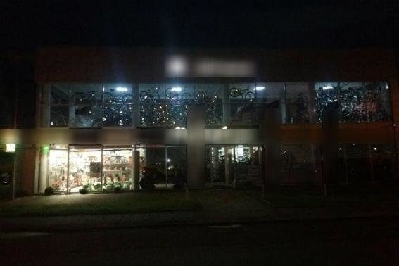 Поліція оприлюднила фотографії з місця стрілянини з гранатомету по магазину у Мукачеві, фото-2