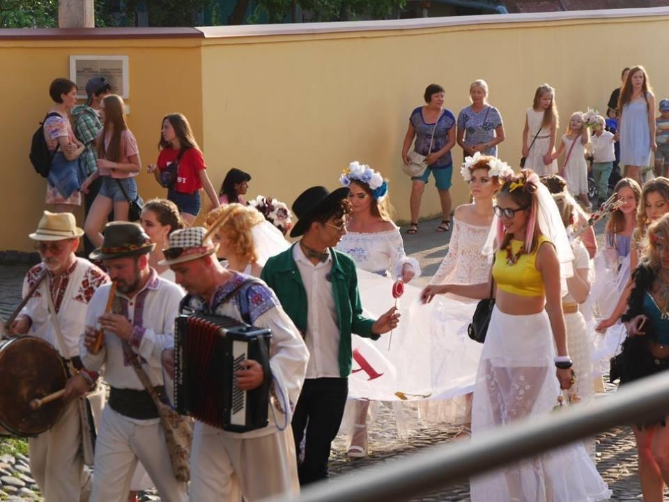 Іраклій та 60 красунь: в Ужгороді пройшов 8-й Парад наречених - фоторепортаж, фото-6