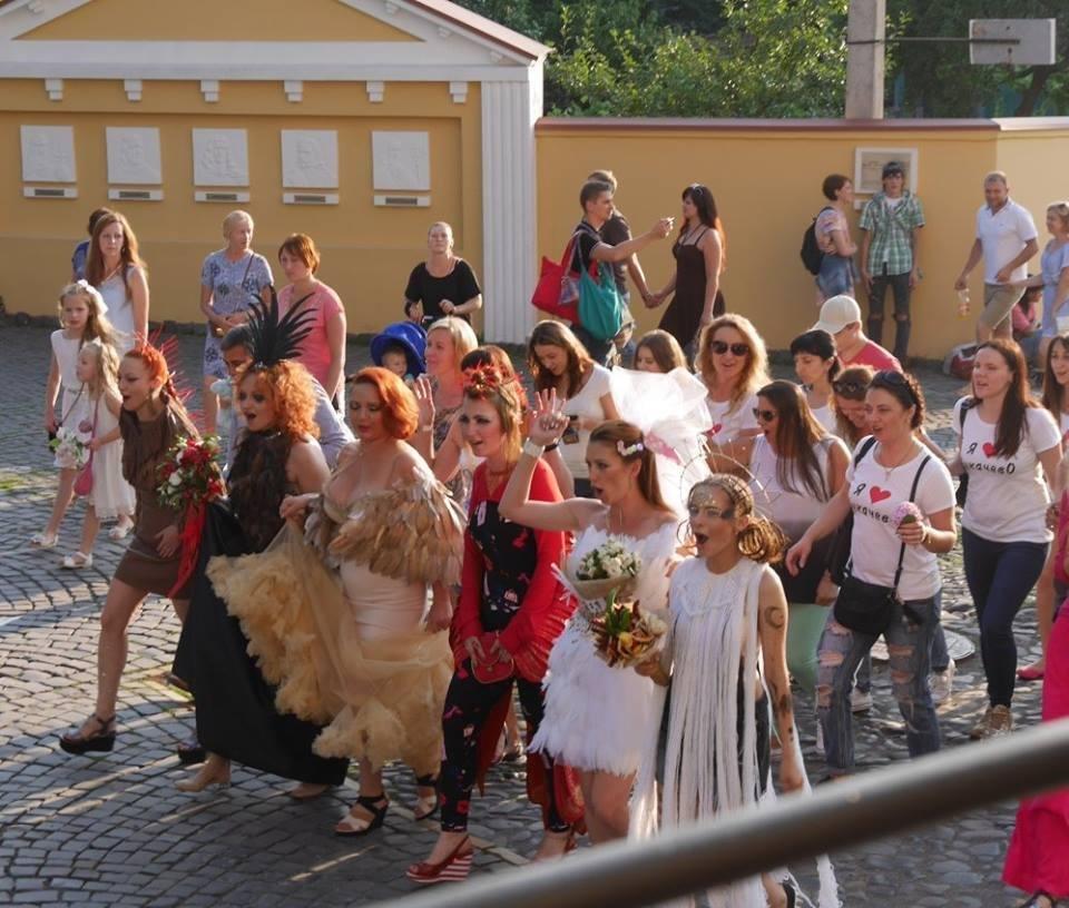Іраклій та 60 красунь: в Ужгороді пройшов 8-й Парад наречених - фоторепортаж, фото-10