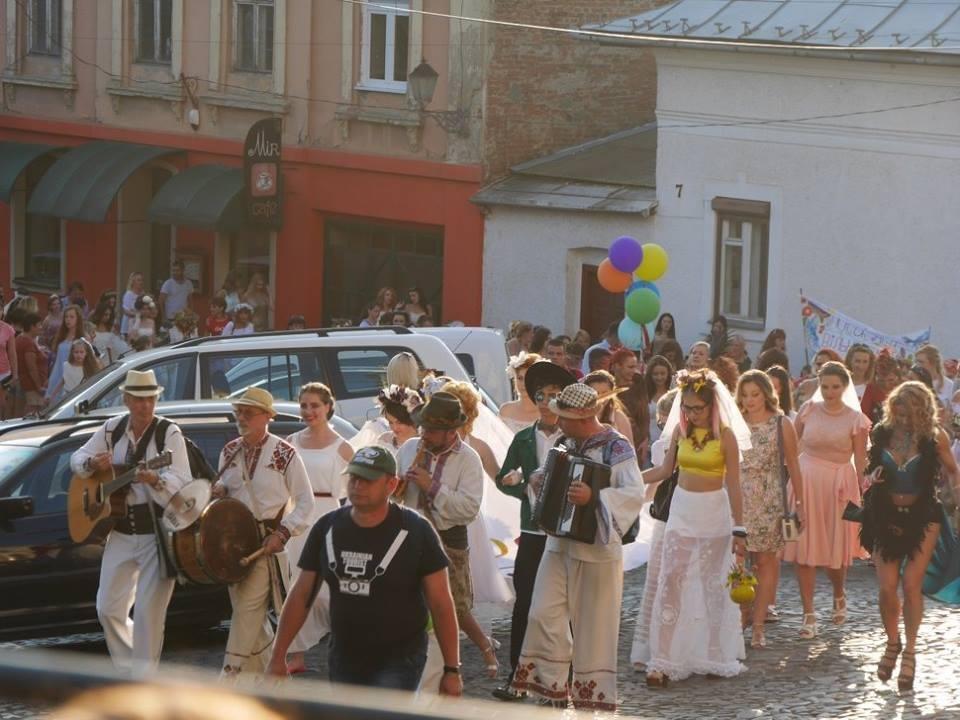Іраклій та 60 красунь: в Ужгороді пройшов 8-й Парад наречених - фоторепортаж, фото-7