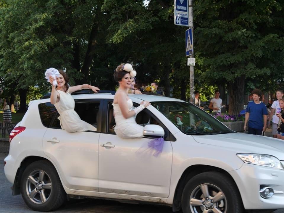Іраклій та 60 красунь: в Ужгороді пройшов 8-й Парад наречених - фоторепортаж, фото-1