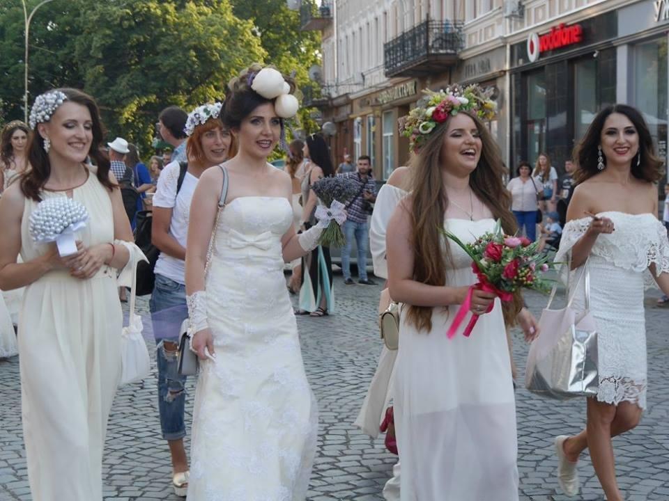 Іраклій та 60 красунь: в Ужгороді пройшов 8-й Парад наречених - фоторепортаж, фото-3
