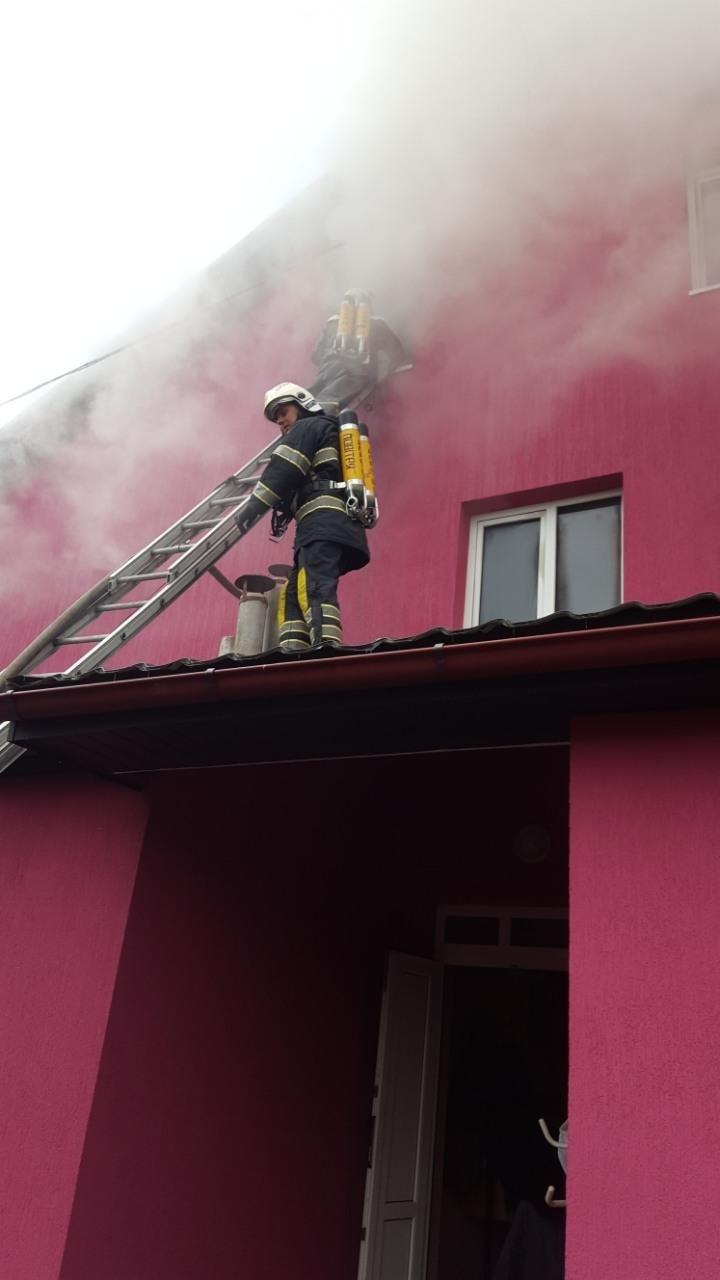 """На Хустщині горить ресторан """"Гостинний двір"""" - вогонь гасять 23 пожежники: фото , фото-2"""