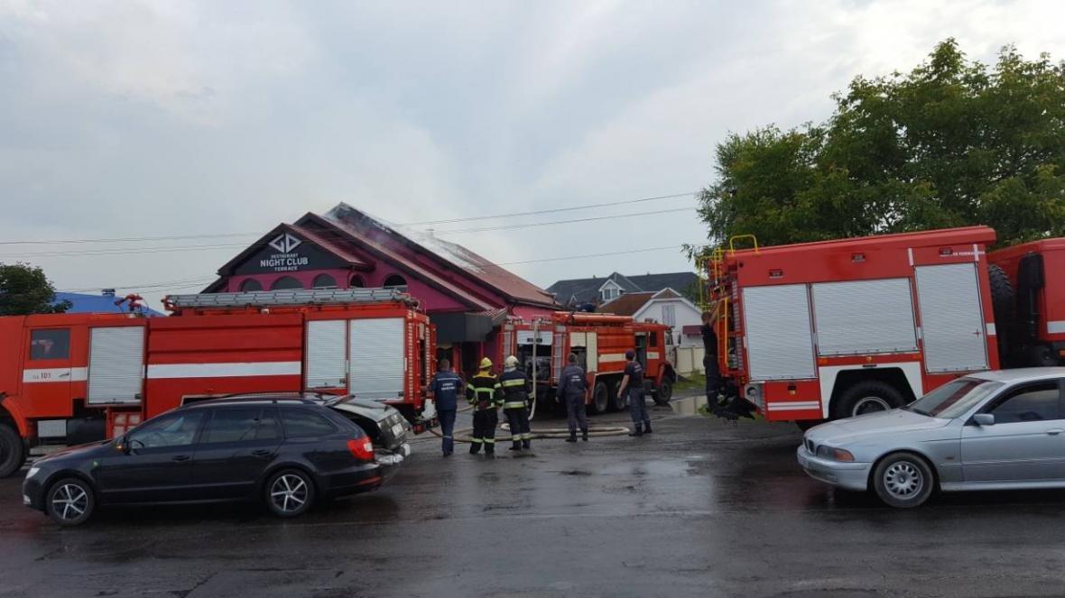 """На Хустщині горить ресторан """"Гостинний двір"""" - вогонь гасять 23 пожежники: фото , фото-1"""