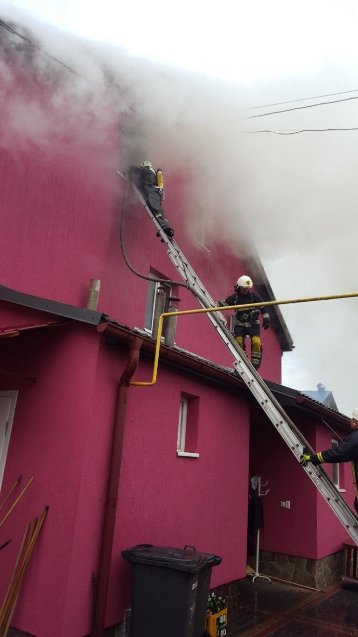 """На Хустщині горить ресторан """"Гостинний двір"""" - вогонь гасять 23 пожежники: фото , фото-4"""