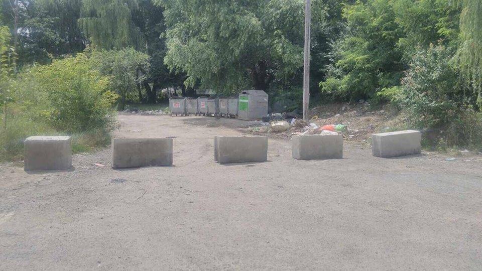 Проїзду нема: в Ужгороді на Набережній встановили огороджувальні стовпчики, фото-3
