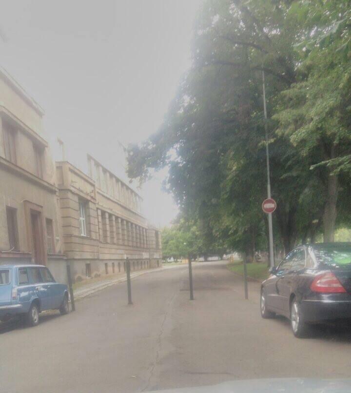 Проїзду нема: в Ужгороді на Набережній встановили огороджувальні стовпчики, фото-1