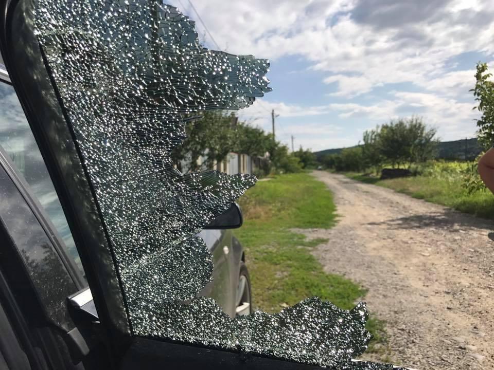 В Ужгороді невідомі жбурнули камінь у вікно автомобіля місцевого журналіста: фото, фото-2