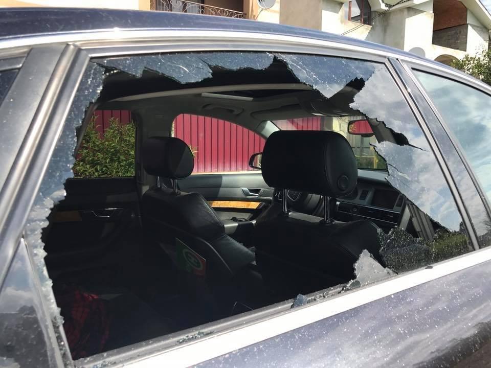 В Ужгороді невідомі жбурнули камінь у вікно автомобіля місцевого журналіста: фото, фото-3