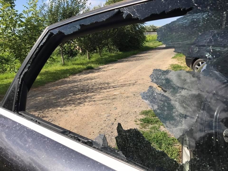 В Ужгороді невідомі жбурнули камінь у вікно автомобіля місцевого журналіста: фото, фото-5