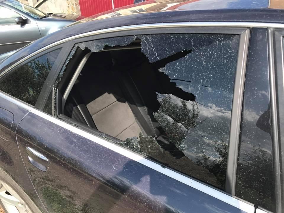 В Ужгороді невідомі жбурнули камінь у вікно автомобіля місцевого журналіста: фото, фото-7