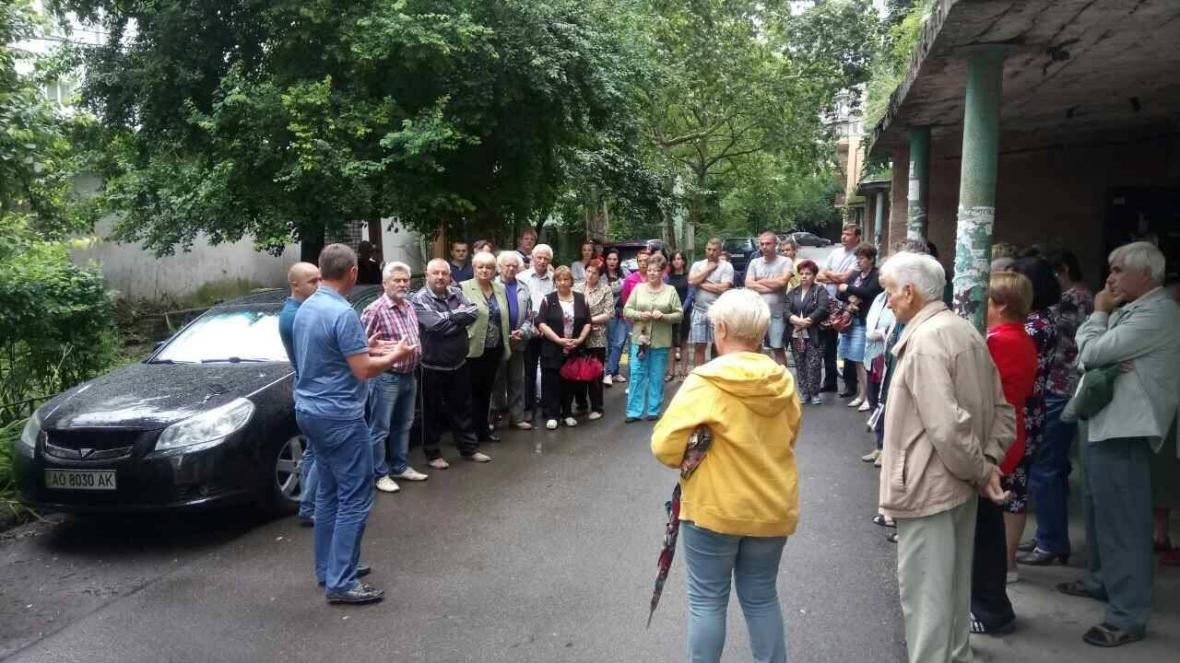 В Ужгороді на Льва Толстого у будинку 72 квартири тиждень були без води, а їхні підвали затоплювало: фото, фото-3