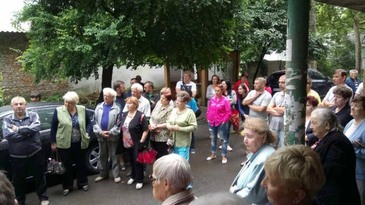 В Ужгороді на Льва Толстого у будинку 72 квартири тиждень були без води, а їхні підвали затоплювало: фото, фото-1