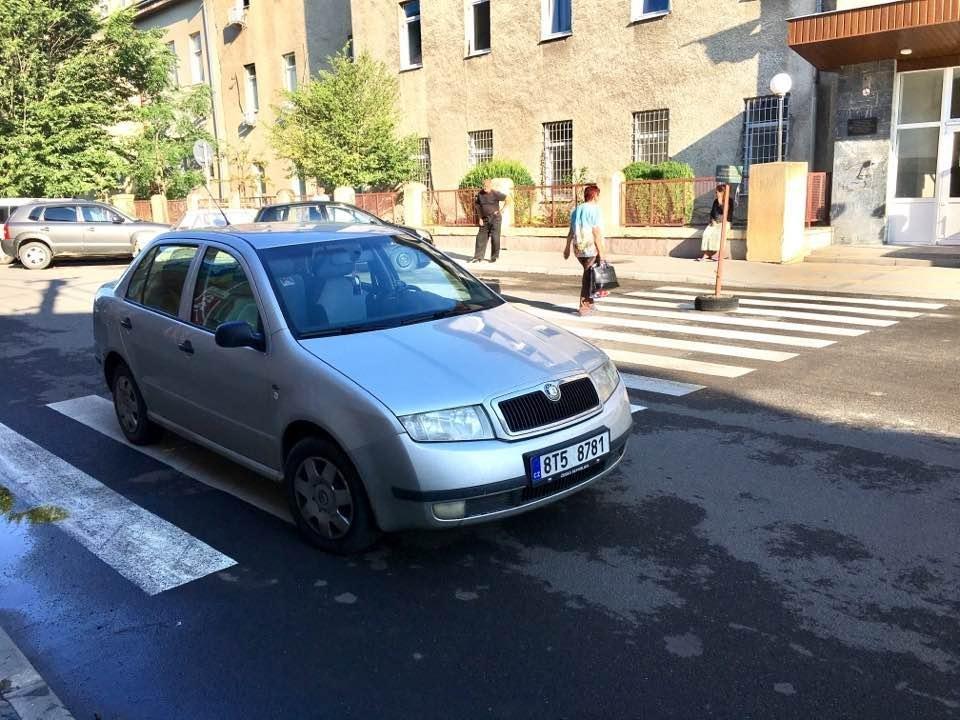"""У соцмережі опублікували фото """"Шкоди"""", горе-водій якої припаркував авто на переході навпроти лікарні: фото, фото-1"""