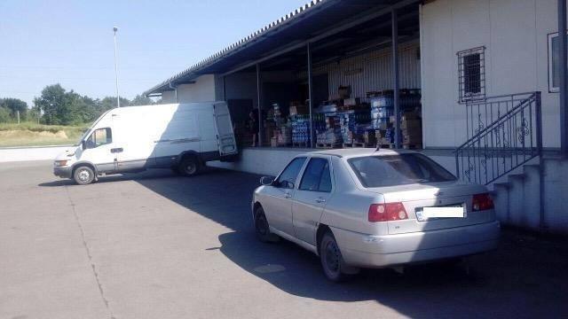 У Мукачеві двоє чоловіків кілька ночей обкрадали склади супермаркету, винісши товару на 12 000: фото, фото-3