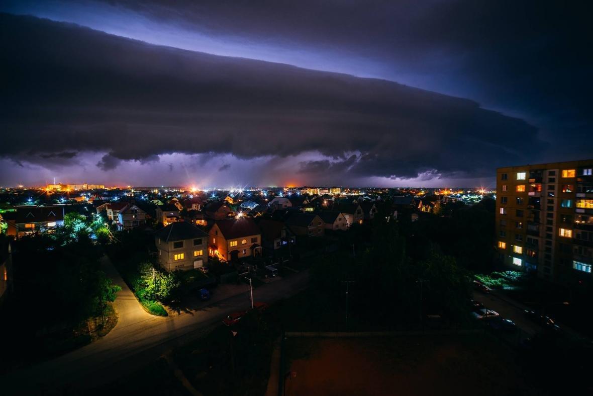 Краса стихії: фотограф опублікував світлини блискавки над Ужгородом, фото-2