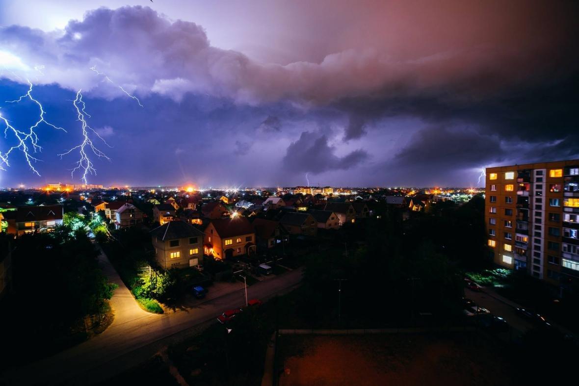 Краса стихії: фотограф опублікував світлини блискавки над Ужгородом, фото-4