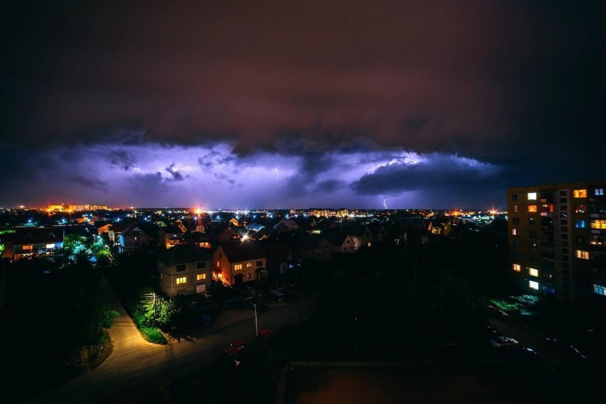 Краса стихії: фотограф опублікував світлини блискавки над Ужгородом, фото-1