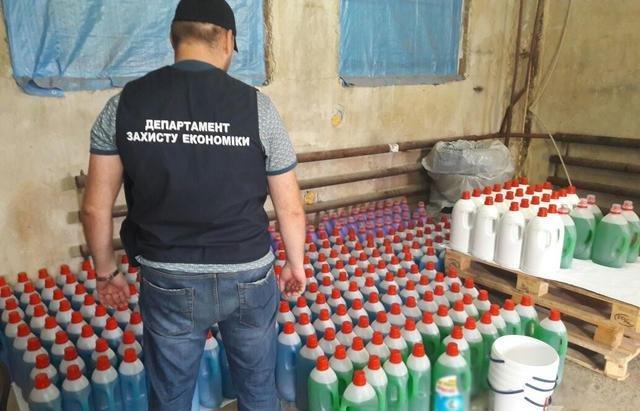 В Ужгороді вилучили із підпільних цехів 170 тонн незаконної продукції на близько 3 мільйони гривень: фото , фото-4