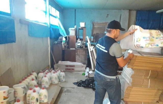 В Ужгороді вилучили із підпільних цехів 170 тонн незаконної продукції на близько 3 мільйони гривень: фото , фото-2