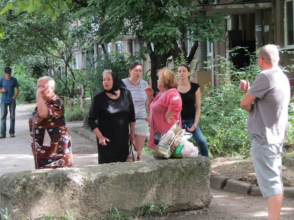 """Ужгородці з Заньковецької прогнали """"муніципалів"""", які хотіли демонтувати з дороги бетонні блоки: фото, фото-1"""