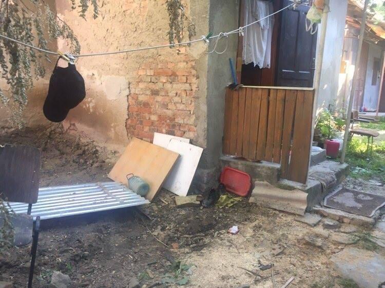 У Берегові двоє грабіжників вдерлись на чуже подвір'я, здійснили крадіжку і побили чоловіка: фото, фото-1