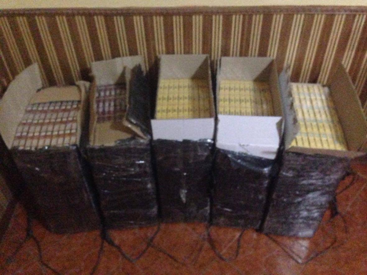 На Закарпатті прикордонники виявили велику партію контрабандних цигарок: фото, фото-2